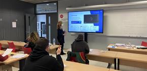 Aula de formació amb pissarra interactiva i sistema de videoconferència
